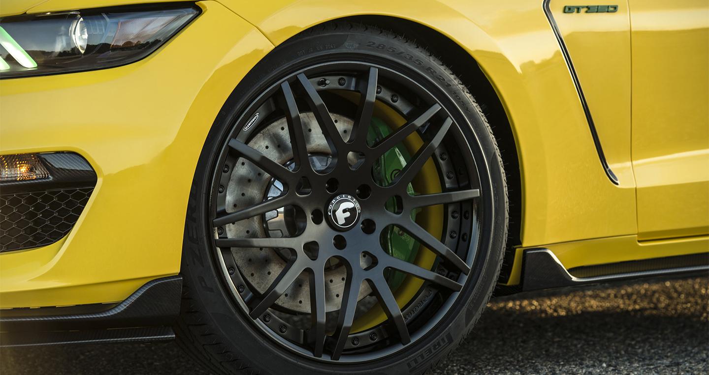 Dưới nắp capô, xe sử dụng khối động cơ V8 TiVCT hút
