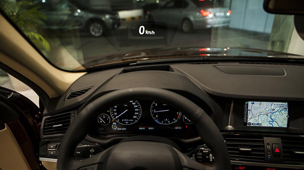 Head Up Display (HUS) - Hệ thống hiển thị thông tin trên kính chắn gió của X3 phiên bản 100 năm có khả năng thay đổi màu sắc thông tin hiển thị, giúp tối ưu hóa tầm quan sát người lái.jpg