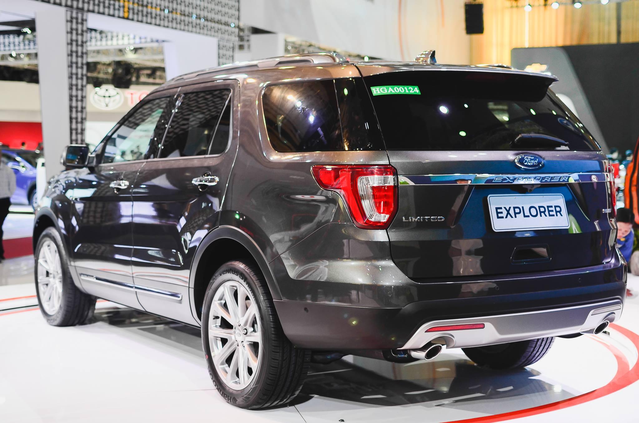 Ford Explorer 2017 nhin tu phia sau