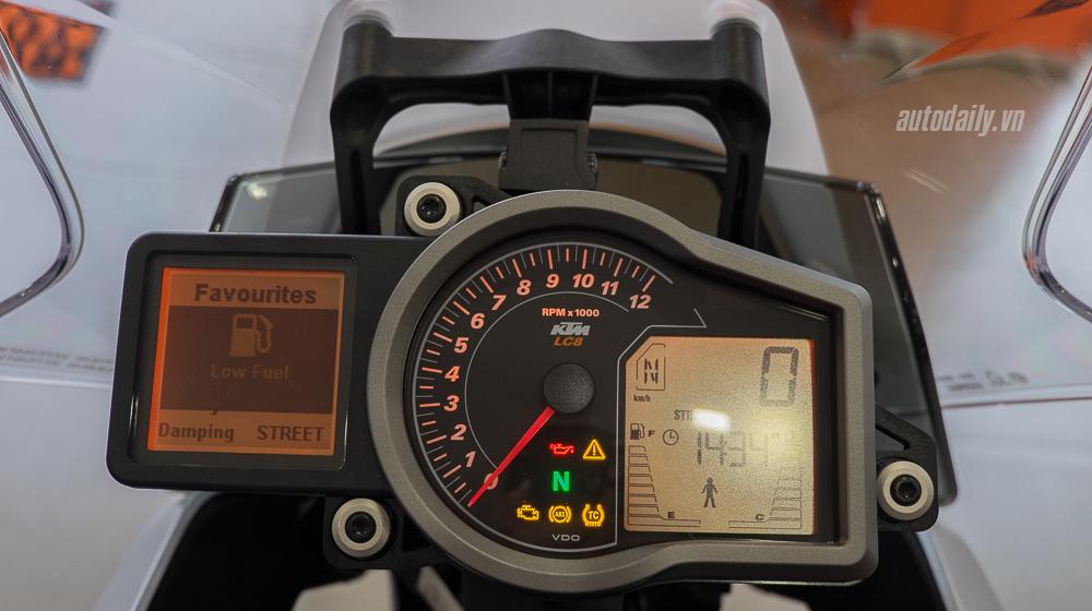 KTM 1290 Super Duke GT 2016 (11).jpg