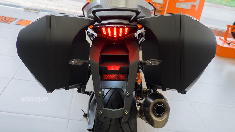 KTM 1290 Super Duke GT 2016 (12).jpg