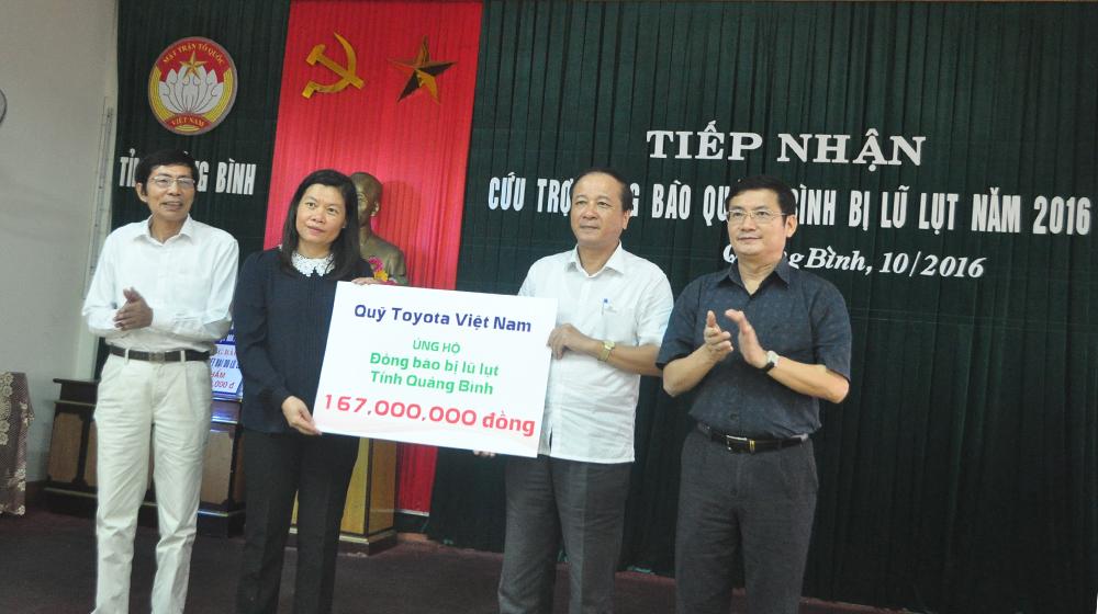 Đại diện TMV trao quà cho UB MTTQ Quảng Bình.jpg