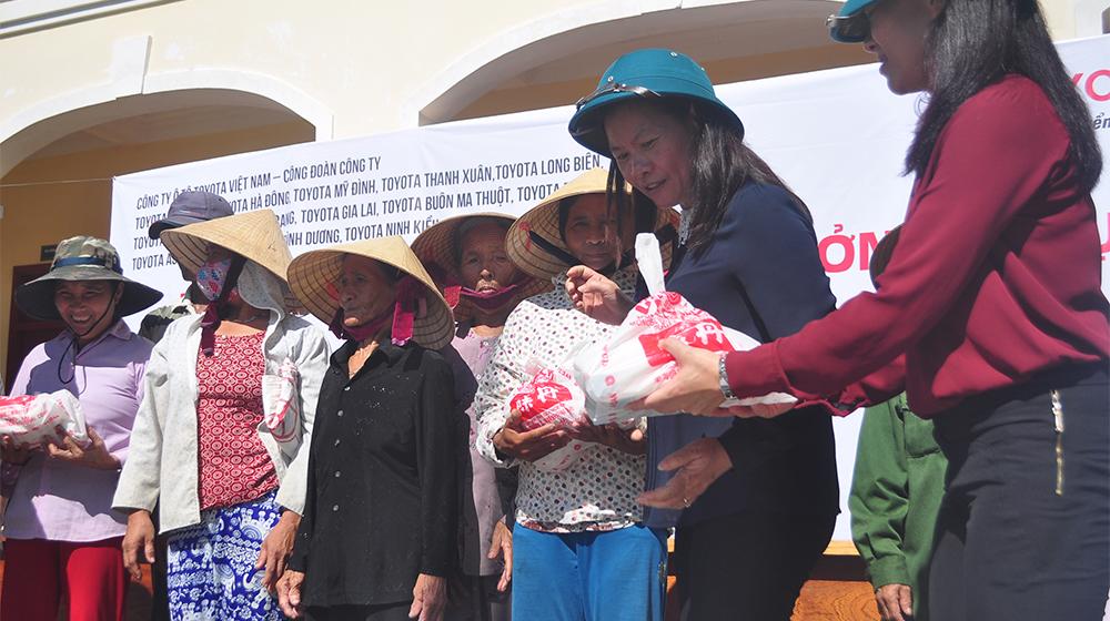 Bà Đoàn Thị Yến trao quà cho người dân tỉnh Quảng Bình.jpg