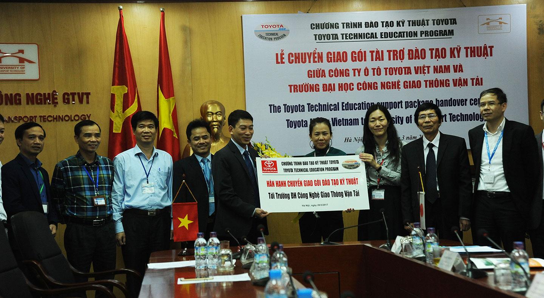 Toyota Việt Nam tặng xe và động cơ phục vụ đào tạo - ảnh 1