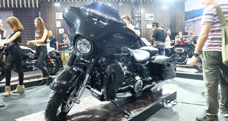 """Cận cảnh """"bộ đôi"""" Harley-Davidson Street Rod và CVO Street Glide 2017"""