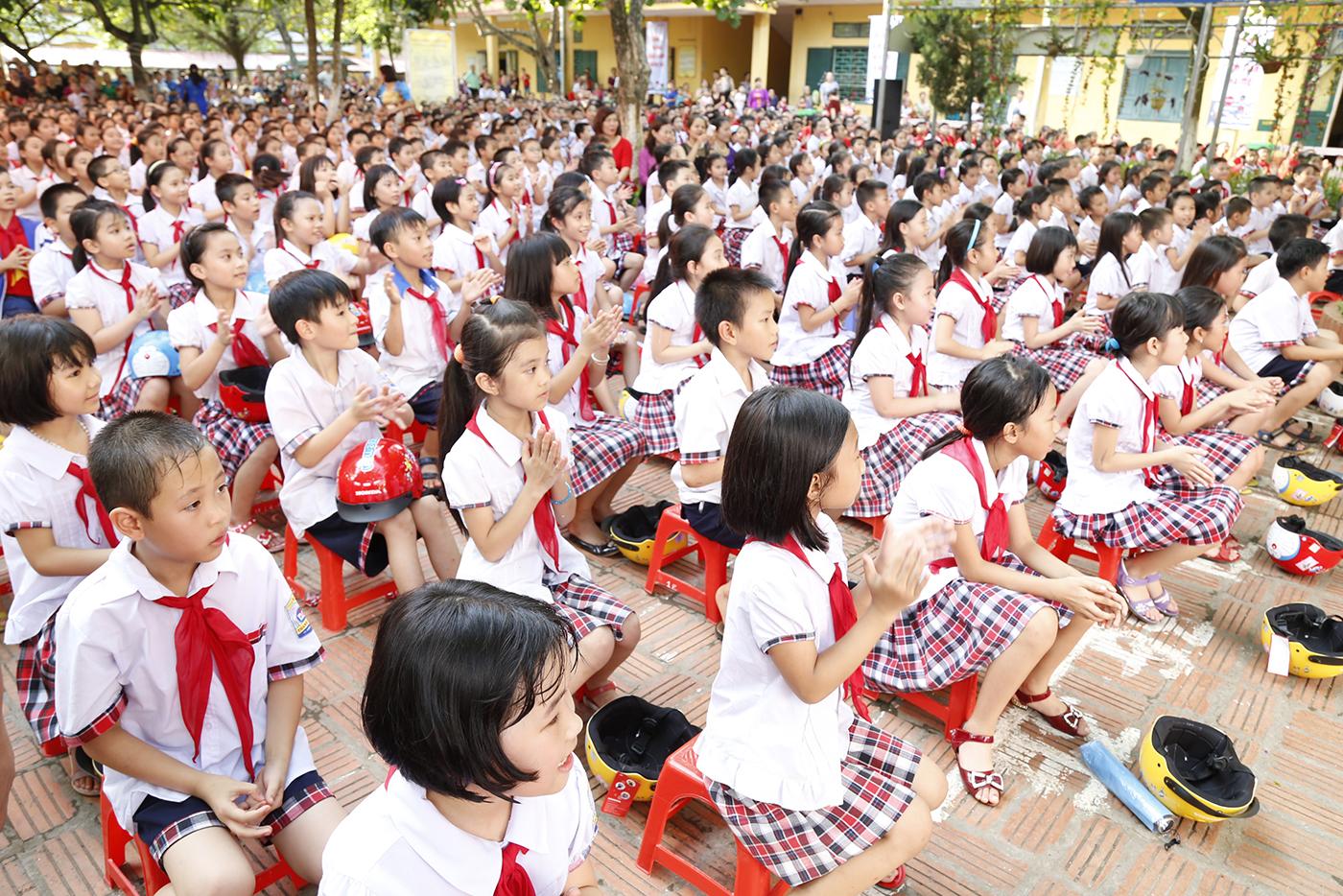 8-cac-em-hoc-sinh-han-hoan-chao-don-le-phat-dong-chuong-trinh-trao-tang-mu-bao-hiem-nam-2017.JPG