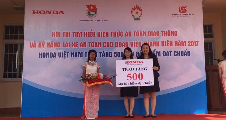 1-dai-dien-cong-ty-honda-viet-nam-trao-tang-500-mu-bao-hiem-dat-chuan-cho-doan-vien-thanh-nien-tinh-dak-lak-1.jpg