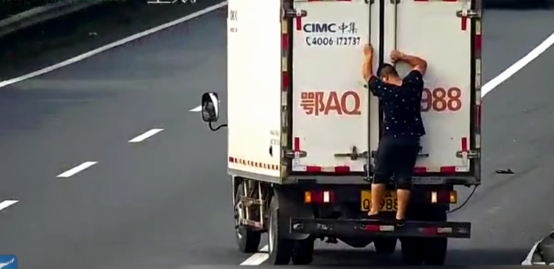 Hành động cực kỳ nguy hiểm của người đàn ông trên cao tốc