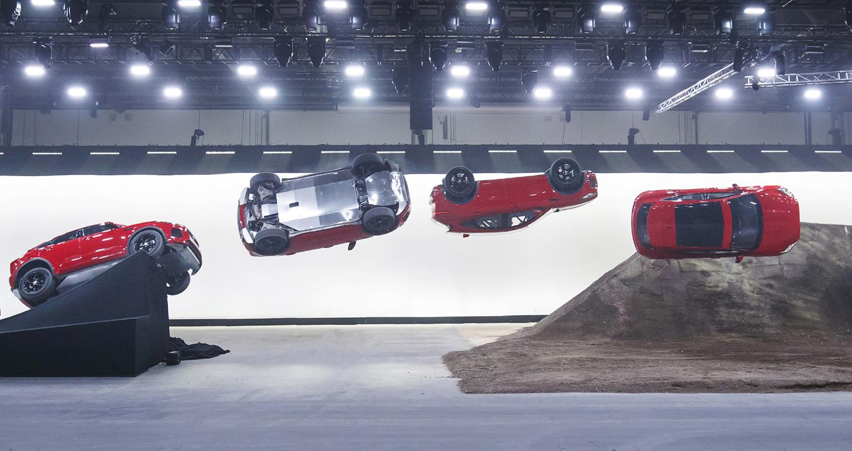 Xe Jaguar mới phá kỷ lục Guinness khi bay xa 15,3m