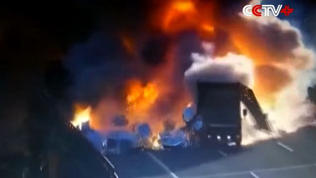 Nổ dữ dội khi xe van đâm xe tải trên cao tốc