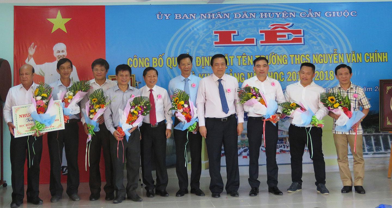 ong-vu-quang-tam-vi-tri-thu-5-tu-phai-sang-nhan-hoa-cam-on-cua-uy-ban-nhan-dan-tinh-long-an.jpg