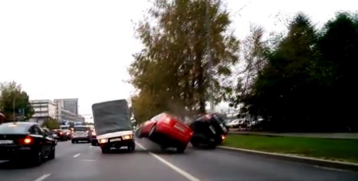 Xé gió vượt bất thành, Mitsubishi Lancer lật nhào trên phố - ảnh 1