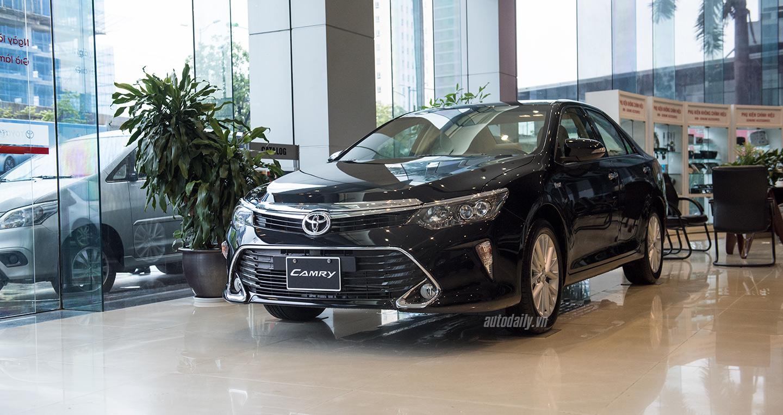 """Toyota Camry 2017 giá từ 997 triệu đồng: """"Run rẩy"""" giữ ngôi vương"""