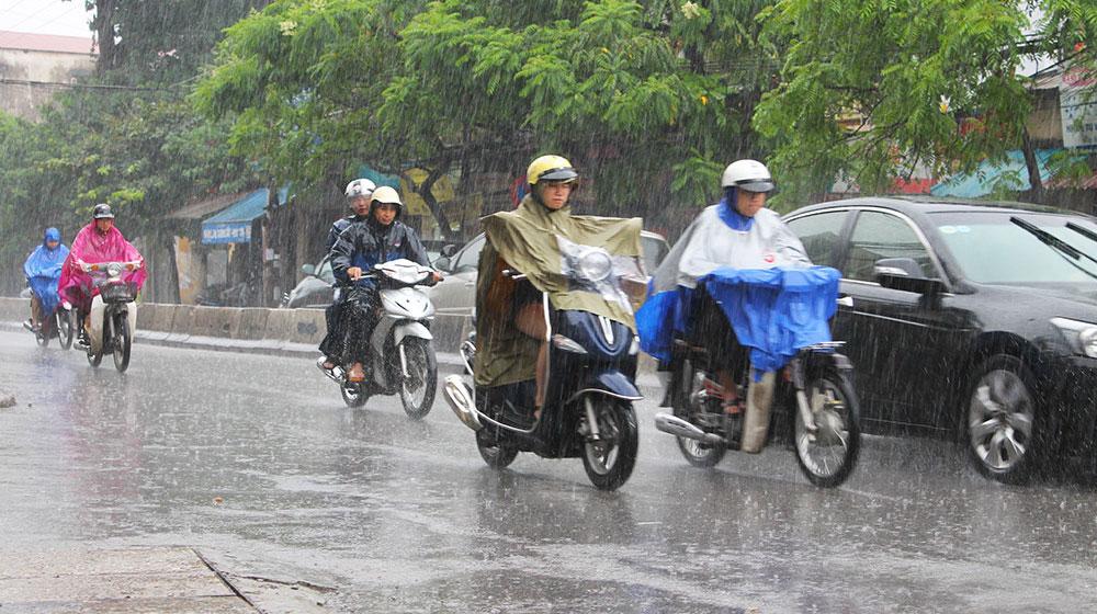 """Đi xe máy """"chống chọi"""" với bão kiểu gì?"""