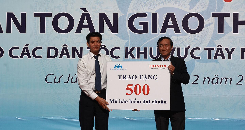 hvn-trao-tang-500-mu-bao-hiem-cho-nguoi-dan-tai-dak-nong.jpg
