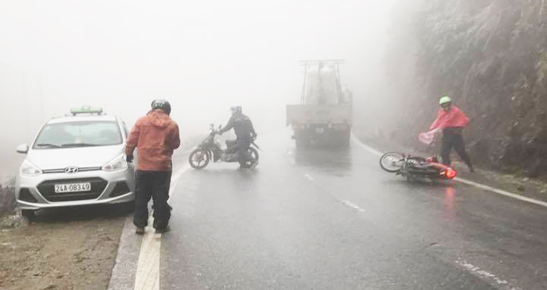 Đường đóng băng ở Sapa khiến loạt xe máy tự ngã
