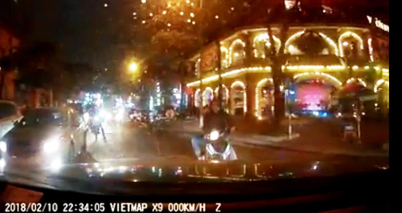Video: Cái kết đắng của xe máy đứng chắn đường ô tô