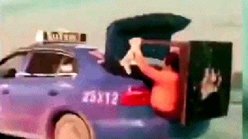 Cho vợ ngồi trong cốp giữ đồ, tài xế taxi không ngờ bị tóm