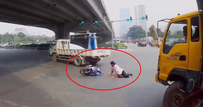Video: Đi thẳng ở làn rẽ trái, xe máy suýt lọt vào gầm xe tải