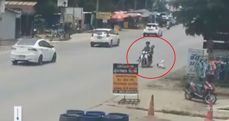 Video: Bố mẹ đi xe máy, đánh rơi con nhỏ xuống đường