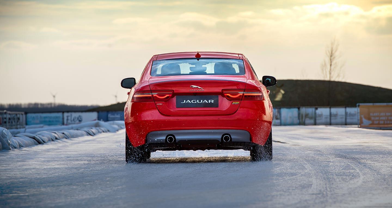 Lập kỷ lục chạy tốc độ trên băng, Jaguar XE 300 Sport ra mắt ấn tượng