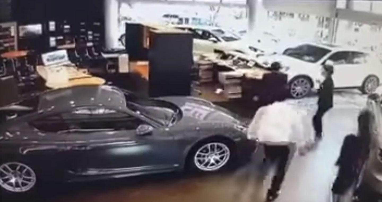 """Người đàn ông lái Cayenne đâm vào đại lý Porsche do mua xe thiếu """"option"""""""