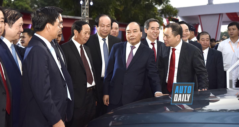 Thủ tướng Nguyễn Xuân Phúc khám phá 3 mẫu xe VinFast