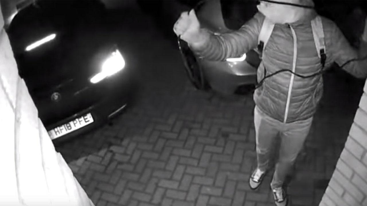"""Xe BMW đỗ trước cửa nhà """"bốc hơi"""" trong 20 giây"""