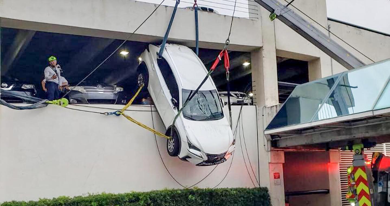 Nữ tài xế may mắn thoát nạn trong tai nạn hy hữu với chiếc Lexus