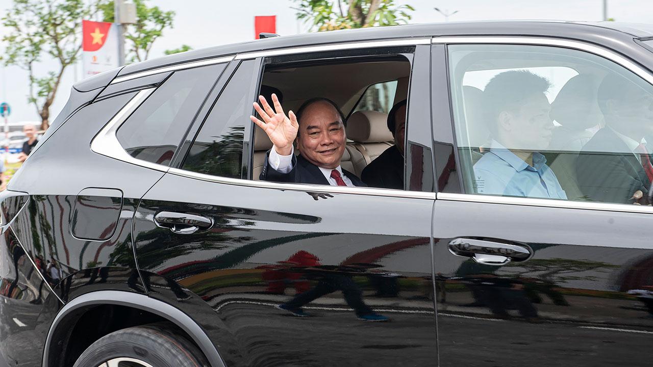 Chủ tịch Phạm Nhật Vượng cầm lái LUX SA2.0, chở Thủ tướng trong khuôn viên VinFast