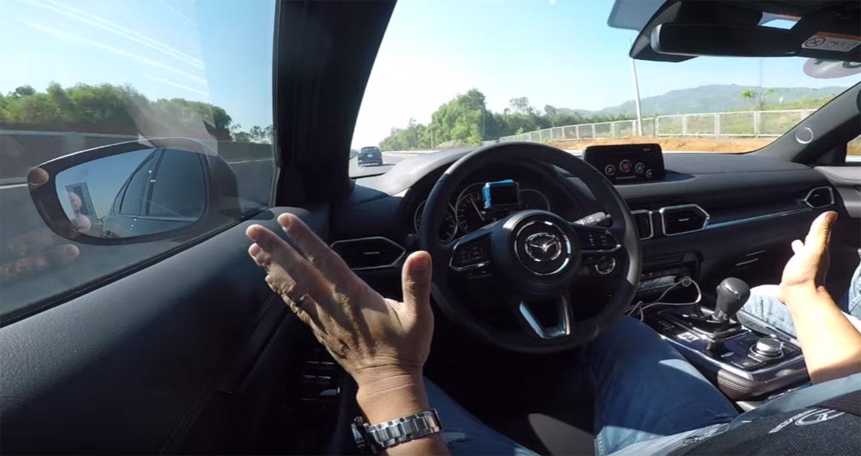 """""""Buông tay"""" xem Mazda CX-8 tự lái trên cao tốc"""