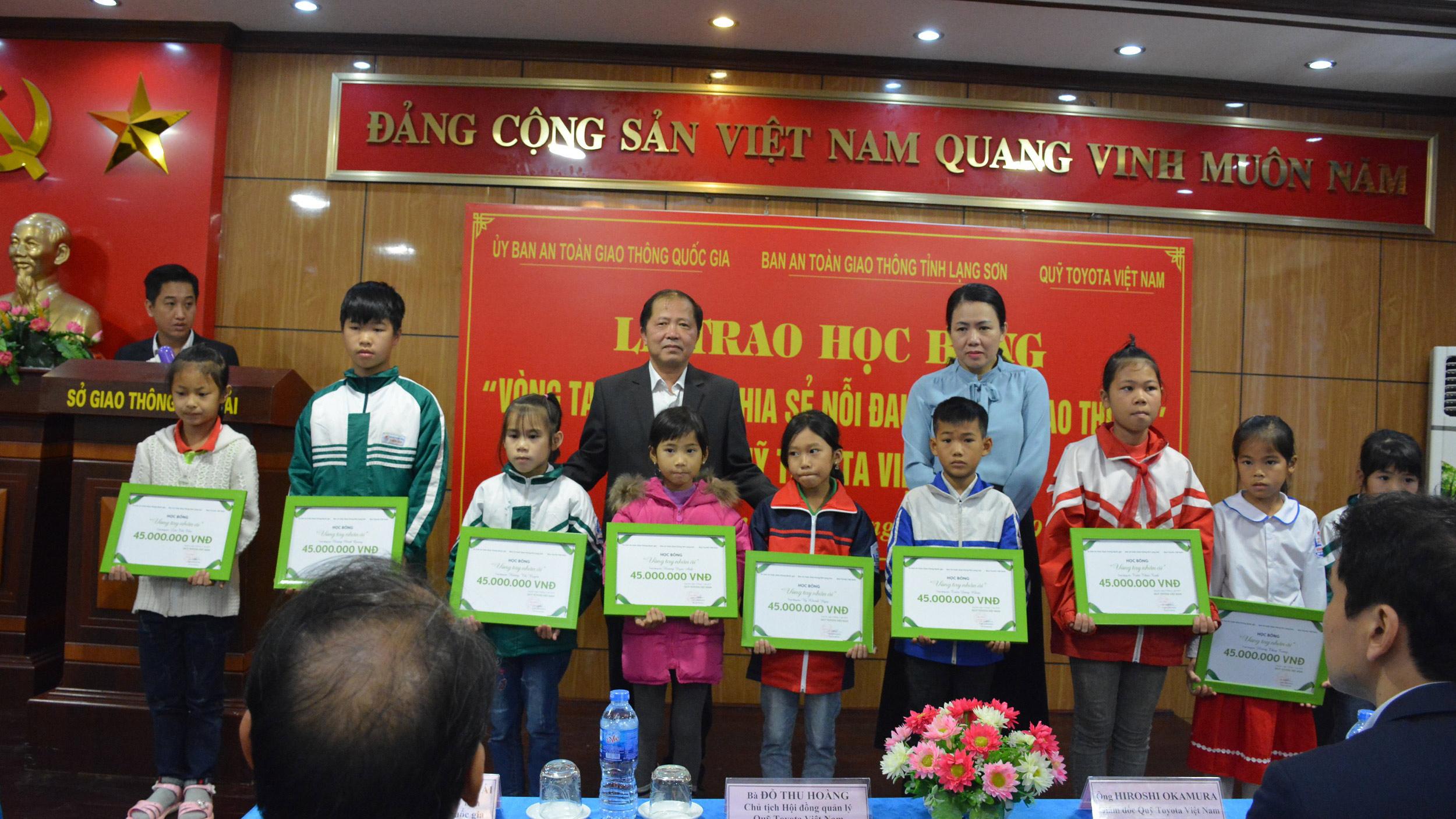 """Quỹ Toyota Việt Nam trao tặng học bổng """"Vòng tay nhân ái"""" tại Lạng Sơn"""