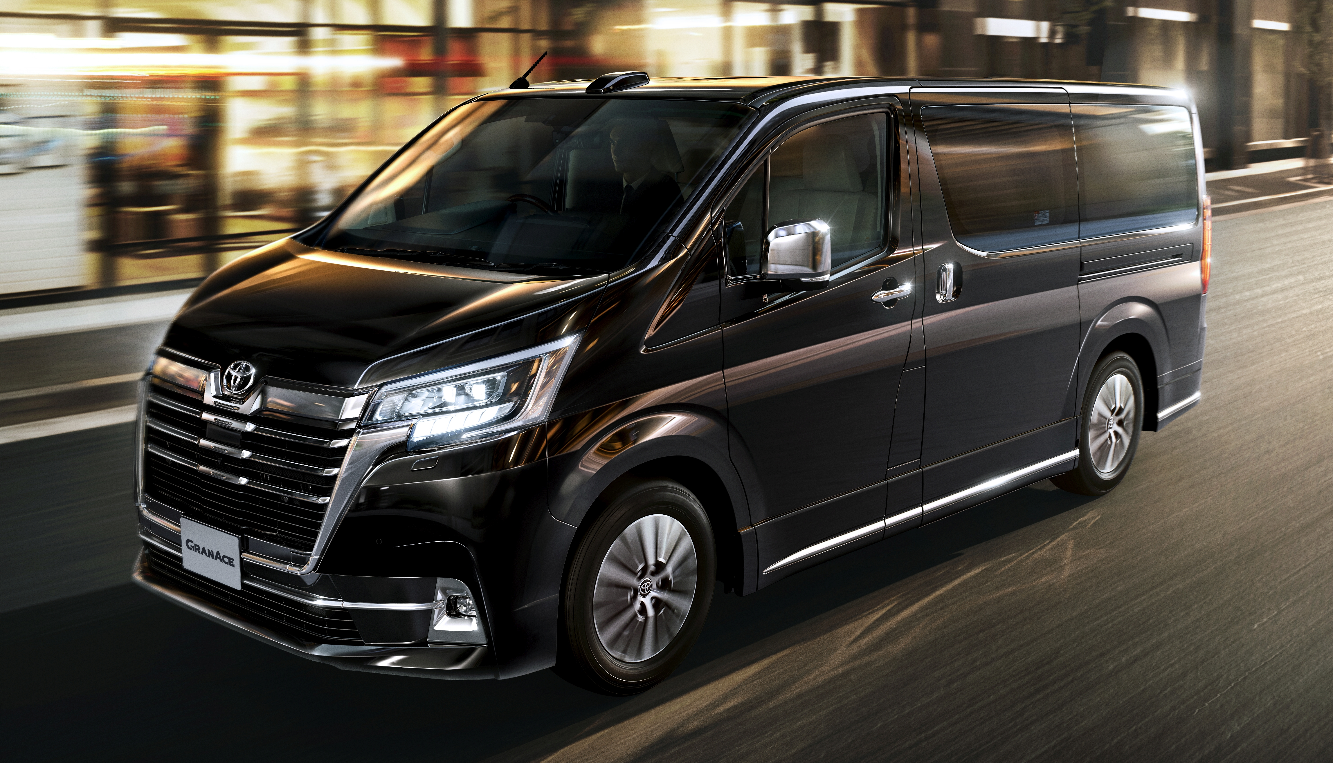 MPV hạng sang Toyota GranAce chốt giá từ 57.000 USD