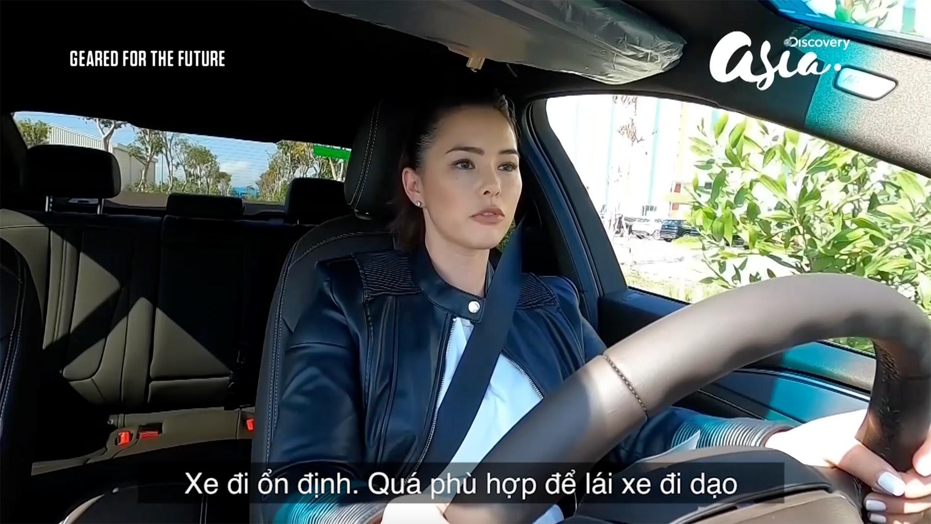 Nữ tay đua xinh đẹp của Discovery nói gì khi lái thử xe VinFast ở Việt Nam?