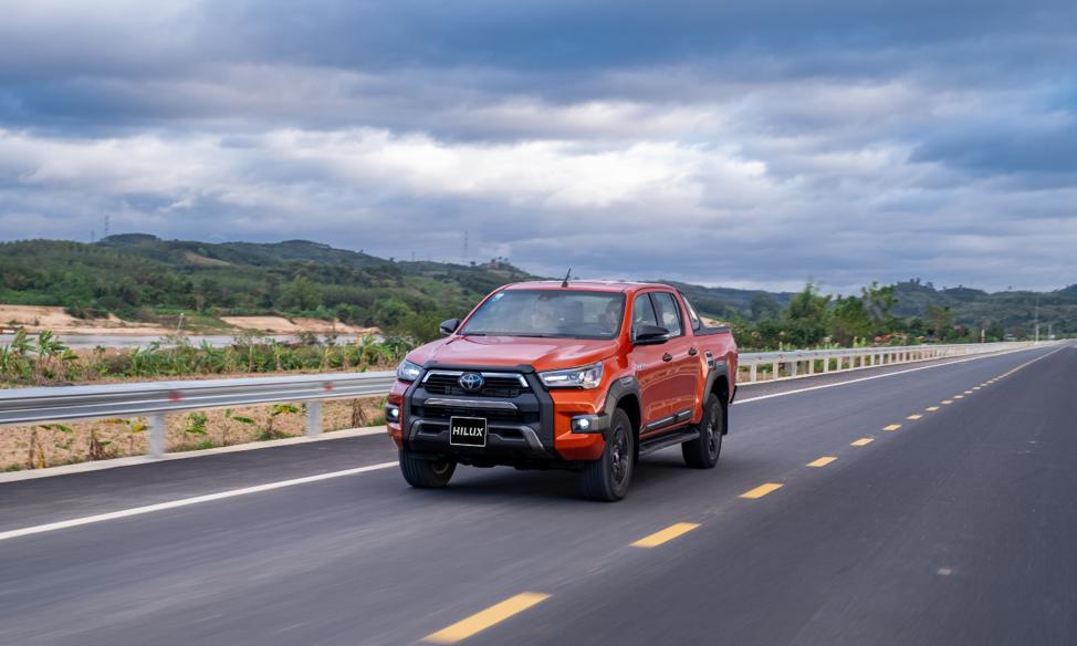Thêm nhiều nâng cấp, Toyota Hilux bứt phá doanh số, đe nẹt đối thủ