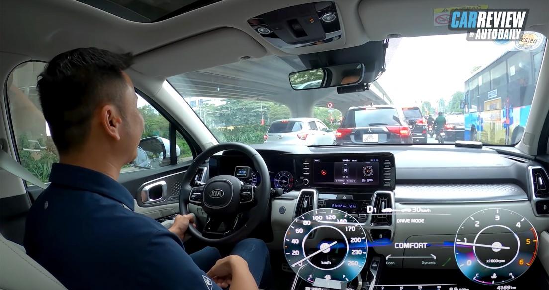 Kia Sorento 2021 bám theo xe phía trước NHƯ HÌNH VỚI BÓNG