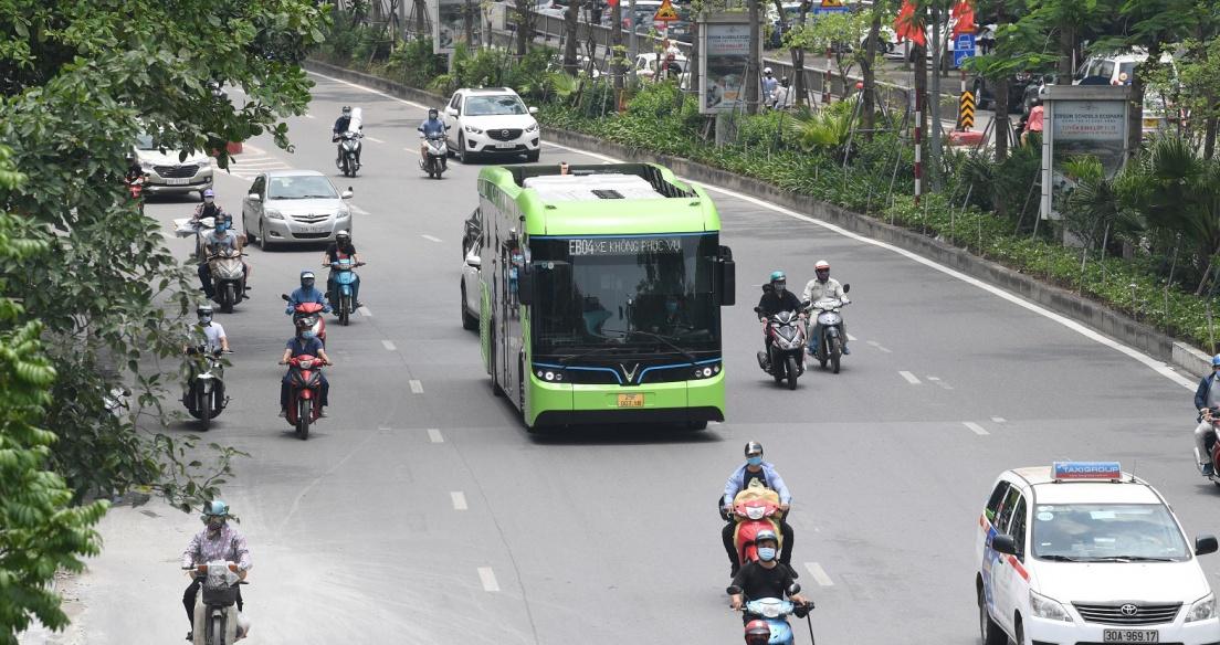 Xe buýt điện thông minh VinBus chạy thử tuyến tại Hà Nội