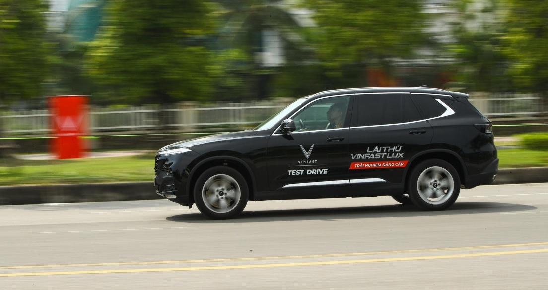 """Lái thử xe, ký hợp đồng tại nhà, VinFast chăm sóc khách """"tận răng"""" giữa mùa dịch"""