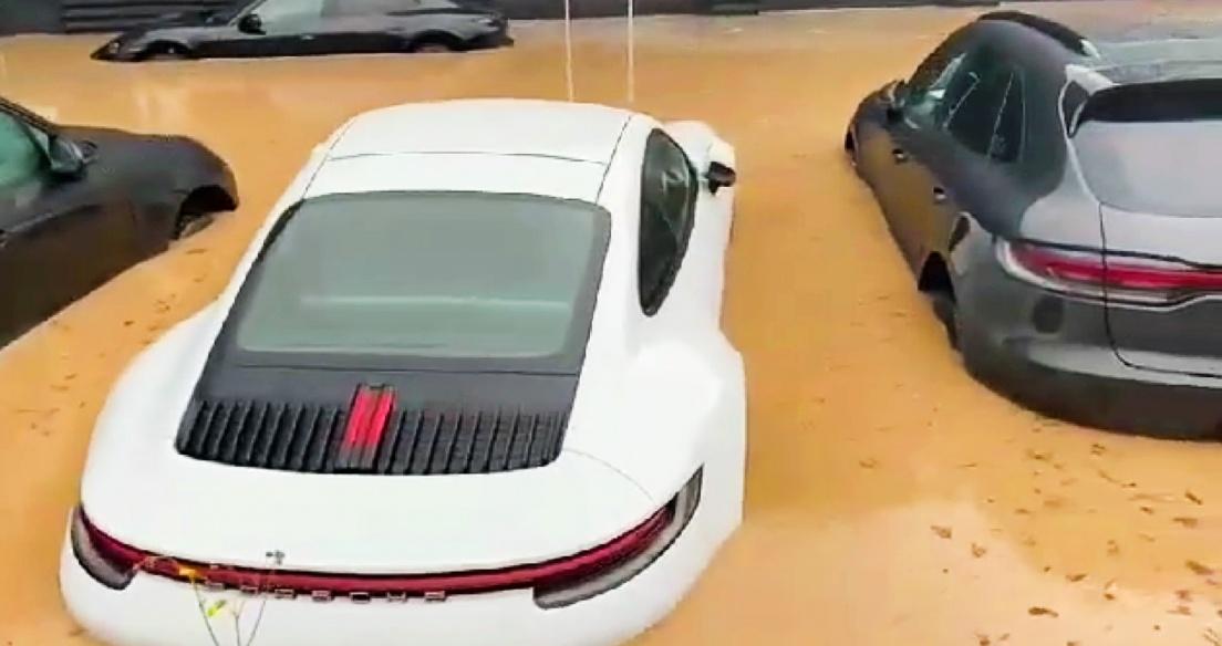 Video: Dàn xe Porsche mới cứng bị ngập trong nước sau trận mưa lũ