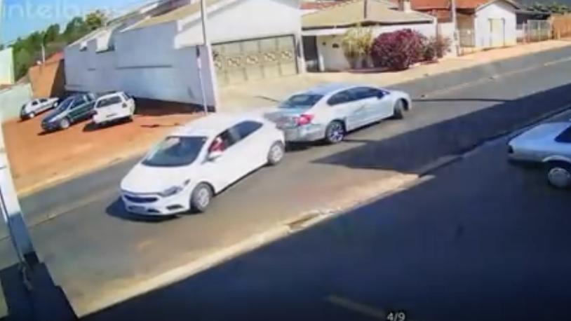 Video: Cùng lùi xe rất nhịp nhàng, hai ô tô húc đuôi nhau giữa đường