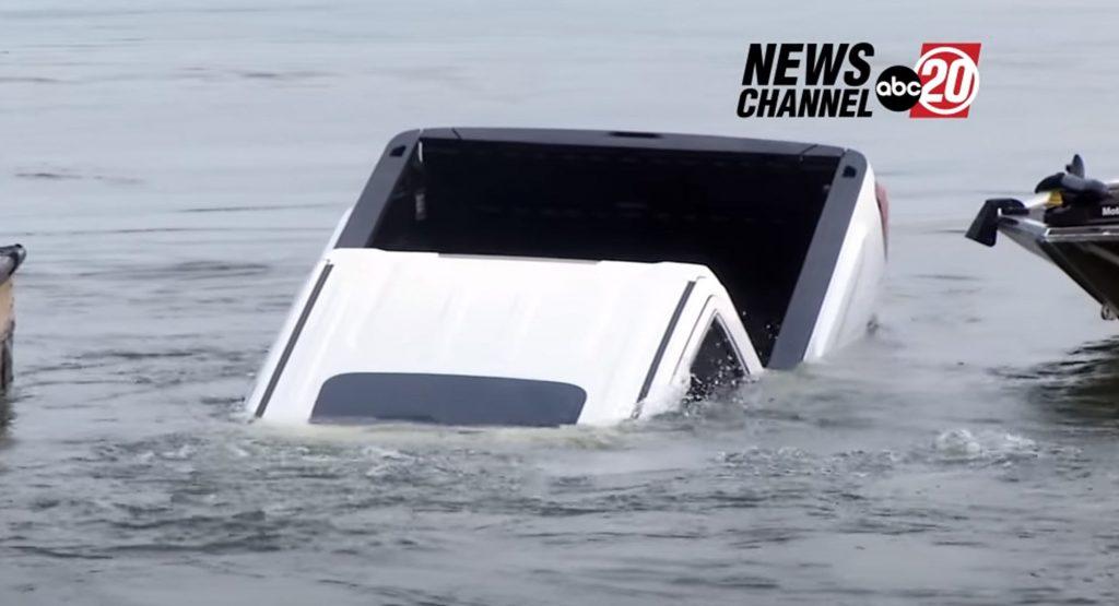 Khoảnh khắc bán tải chìm nghỉm xuống hồ ngay trên sóng truyền hình trực tiếp
