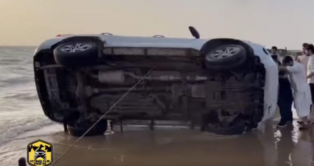 Video: Toyota Fortuner lật ngửa bụng vì cố gắng drift trên bãi biển