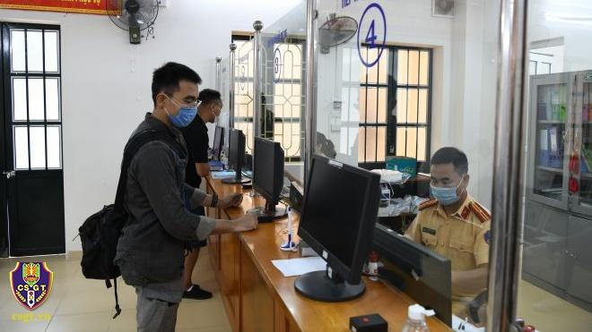 Từ hôm nay, người dân có thể làm thủ tục đăng ký, khai báo phương tiện online