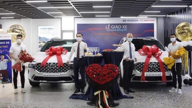 Bộ đôi cầu thủ Trần Đình Trọng và Trần Văn Kiên rủ nhau tậu Hyundai Santa Fe 2021