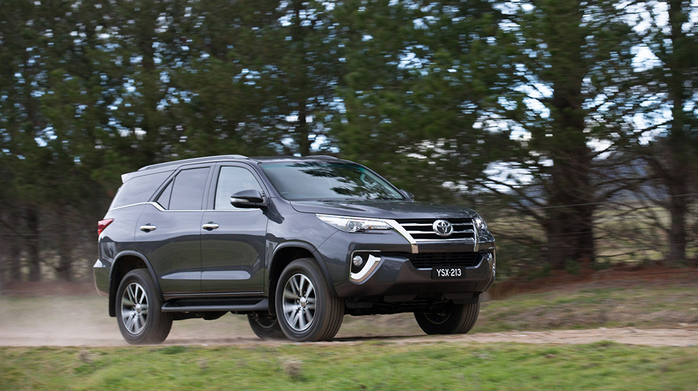 Fortuner_2016_vs_Everest_2015 (5).jpg