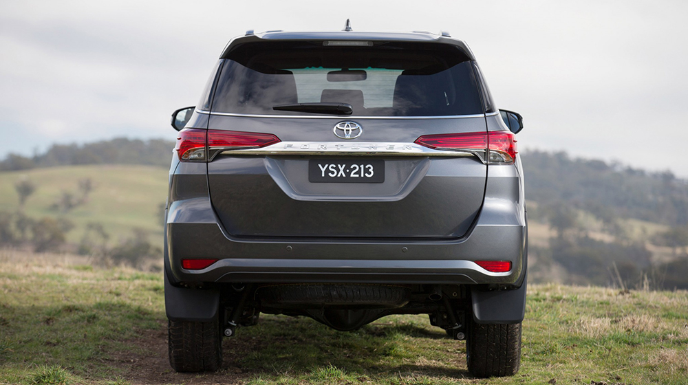 Fortuner_2016_vs_Everest_2015 (6).jpg