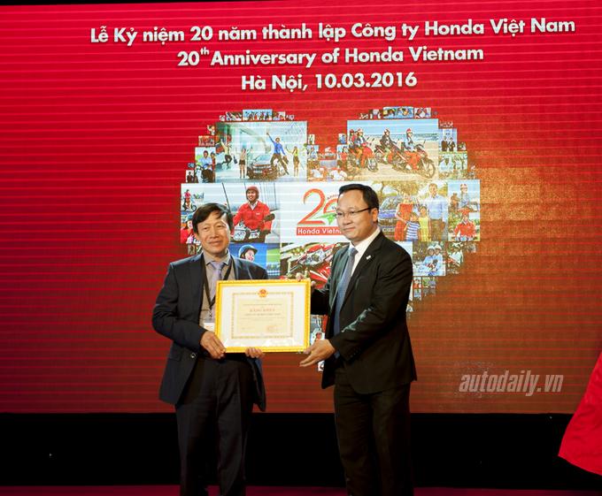 Ông Khuất Việt Hùng thay mặt Ủy ban An toàn Giao thông Quốc trao bằng khen cho HVN