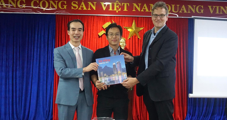 Mr. Nguyen Phu Tan - Giam doc chi nhanh Audi Da Nang trao tang sach cho ban doc may man copy.jpg