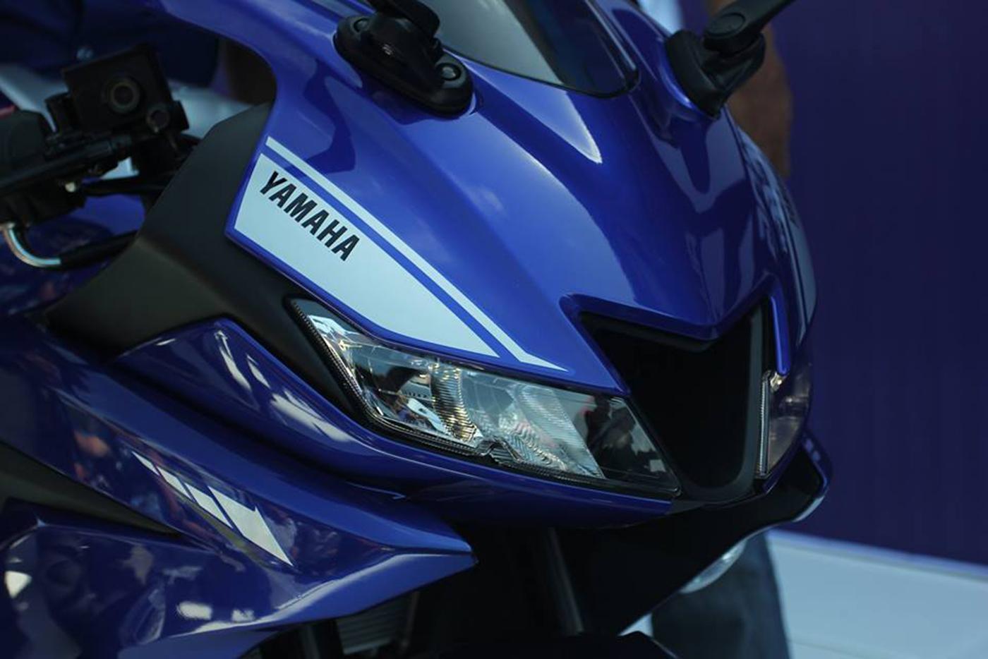yamaha-r15-v30-racing-blue-front-headlamps.jpg