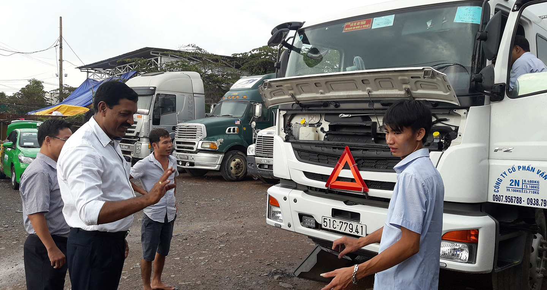 chuyen-gia-fuso-huan-luyen-lai-xe-dau-keo-tractor.jpg